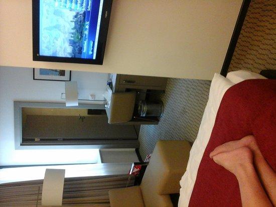 Golden Tulip Kassel Hotel Reiss: De kamer: schoon, met klein koelkastje+safe