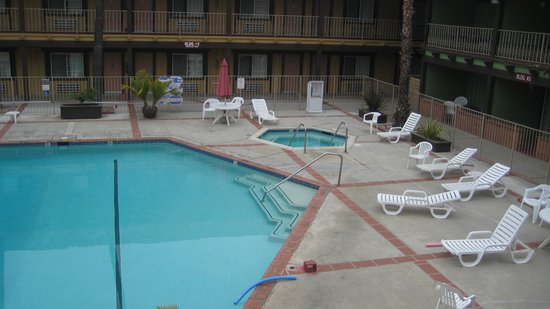 GuestHouse Inn & Suites Norwalk: la piscine en plein air