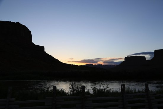 Red Cliffs Lodge : Sunrise from our room
