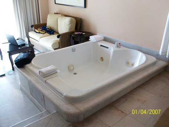 Cozumel Palace : Soaking tub in the middle of the room