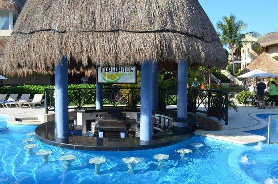 Riviera Maya Suites: Le bar de la piscine