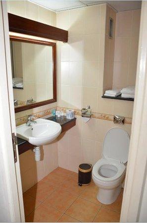Sentrim 680 Hotel: En Suite Cloak Room