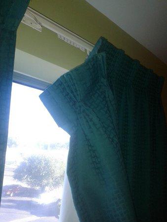 Quality Inn: Curtains falling down