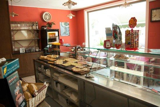 il bancone con le nostre pizze al taglio - Foto di Ristorante Pizzeria ...