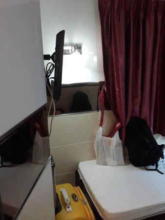 HK Jiang Xi Guest House: телевизор и 2 окна в номере