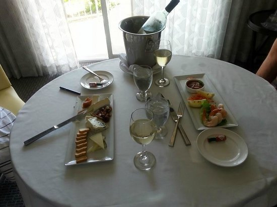 Loews Coronado Bay Resort: great appetizers in the room , served with wine