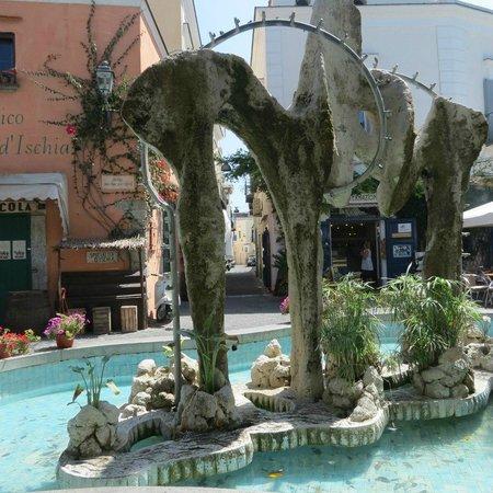 Hotel Lord Byron: о.Искья, г.Форео, фонтан на главной торгово-прогулочной улице