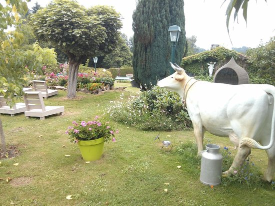 Hostellerie Saint-Jacques: Eclectic garden with a random fake cow!