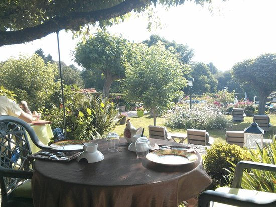 Hostellerie Saint-Jacques: Beautiful view of the garden when we had breakfast