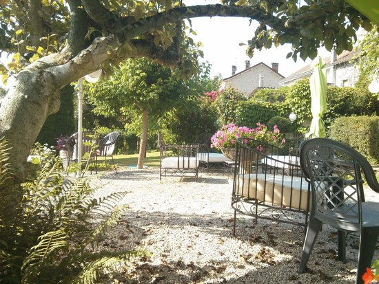 Hostellerie Saint-Jacques: Outdoor seating in the gorgeous garden