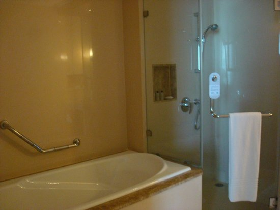 Sukhumvit Park, Bangkok - Marriott Executive Apartments: El baño es enorme y completo.impecable..!!