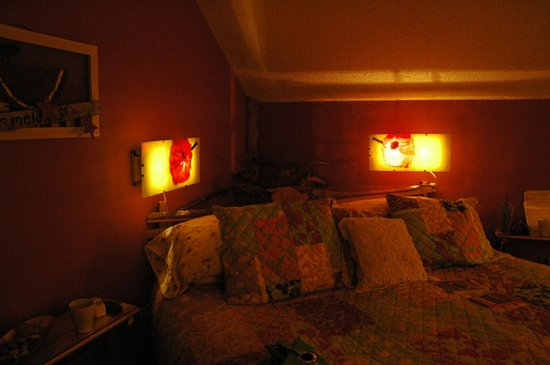 Manitou Lodge Bed and Breakfast: Lovely King Sized Bed!