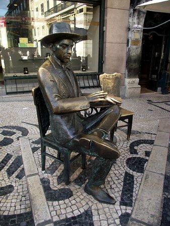 Escultura de Fernando Pessoa: Estátua do poeta e escritor português Fernando Pessoa, em frente ao café A Brasileira, Chiado.