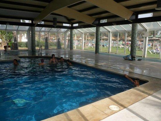 Sol Marbella Estepona Atalaya Park by Melia: Piscina cubierta, abierta incluso en verano, me gusto mucho