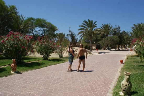 SprinClub Djerba Golf & Spa: way from pool to beach
