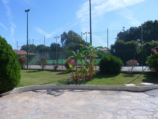 Atalaya Park Hotel: Tiene muchos sitios para hacer deportes y juegos