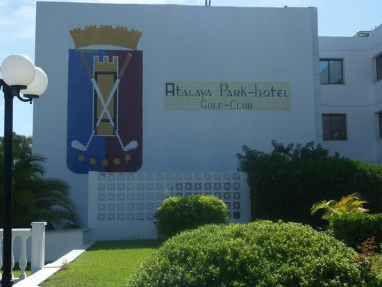 Atalaya Park Golf Hotel and Resort: Una de las fachadas del hotel
