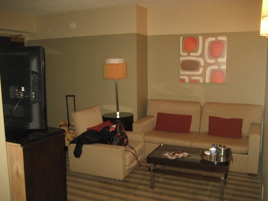 Crowne Plaza Chicago West Loop: King Bed Suite living room