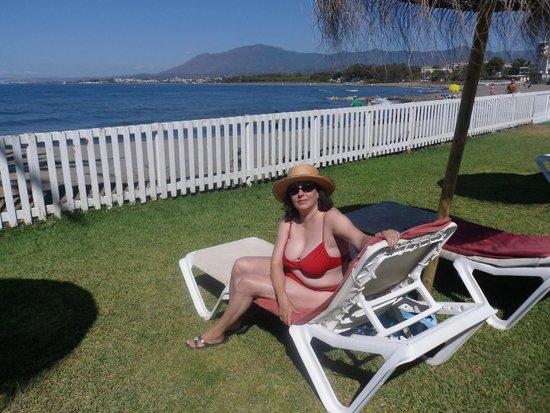 Atalaya Park Golf Hotel and Resort: Tomando el sol mirando el mar