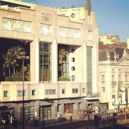 Altis Avenida Hotel: Vista da janela do nosso quarto_estação de trens_