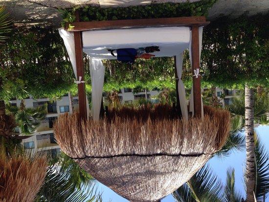 Dreams Riviera Cancun Resort & Spa : Poolside cabana