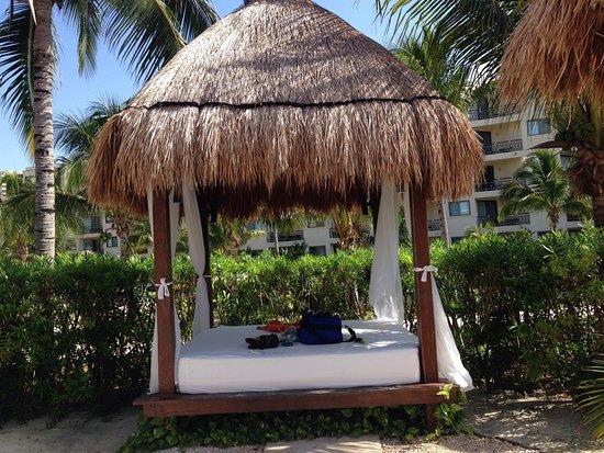 Dreams Riviera Cancun Resort & Spa: Poolside cabana