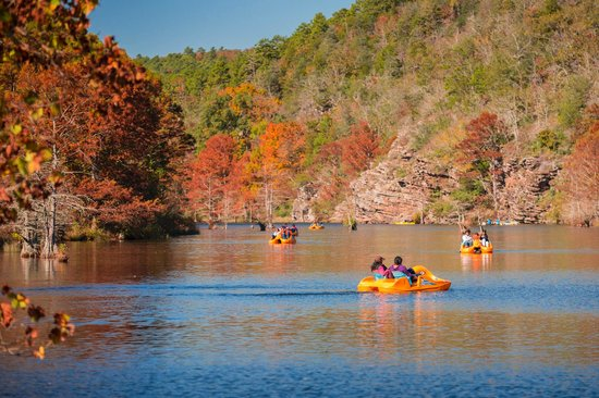Broken Bow, Οκλαχόμα: Paddle boats on the river