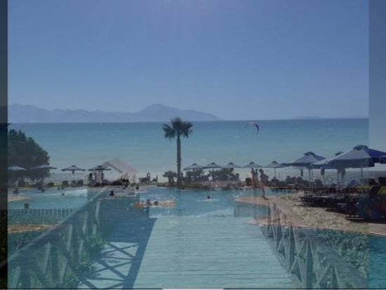 Neptune Hotels - Resort, Convention Centre & Spa: Pool near sea