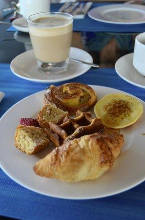 Radisson Blu es. Hotel, Roma: Roman breakfast (served by the pool)
