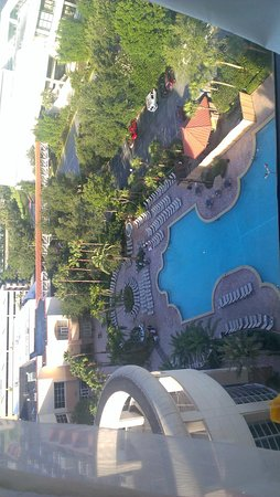 Rosen Centre Hotel: Even this high up, I could hear the music at the pool through my window