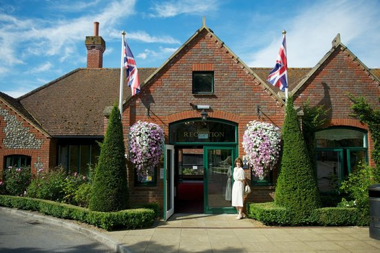 Warner Leisure Hotels Littlecote House Hotel: Reception - a long walk for day visitors