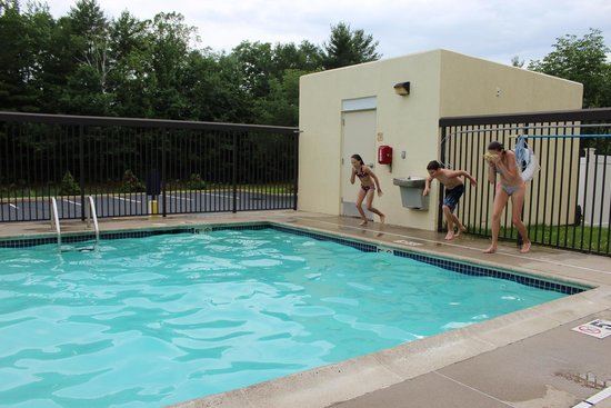 Hampton Inn Saco / Biddeford: Grands enjoying the pool