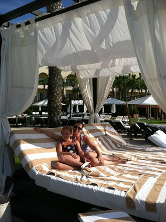 Hilton Los Cabos Beach & Golf Resort : if you are lucky - you can get one of these lounge beds!