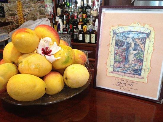 Gladys' Cafe: Beautiful island mangos...