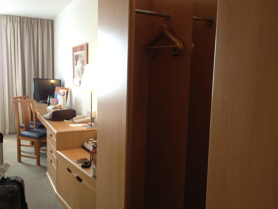 Novotel Krakow Centrum : small open closet area