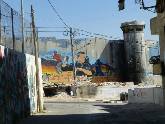 Green Olive Tours : Wall in refugee camp AIDA
