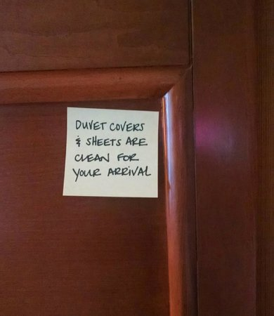 Hampton Inn Provo: Sticky note on headboard