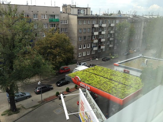 Novotel Krakow Centrum: view from room - gas station with mossy roof