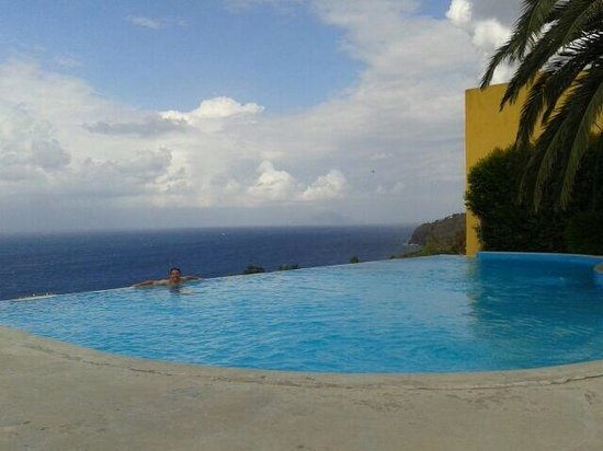 Hotel Ravesi: Piscina mozzafiato con vista su Stromboli e Panarea una vera meraviglia!