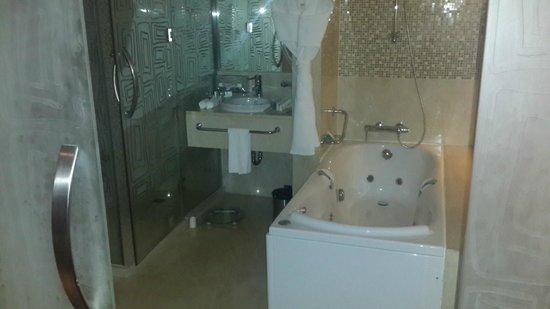 Holiday Inn Riyadh Meydan : Diplomatic Suite - Bathroom Jacuzzi tub