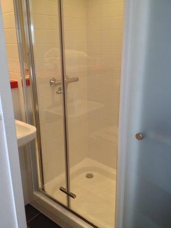 Tune Hotel Haymarket, Edinburgh: Shower