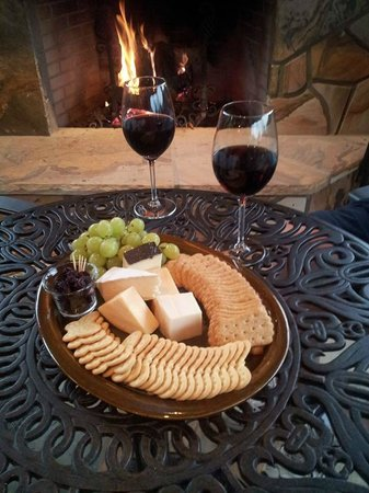 Linville Falls Winery: Wine and Cheese