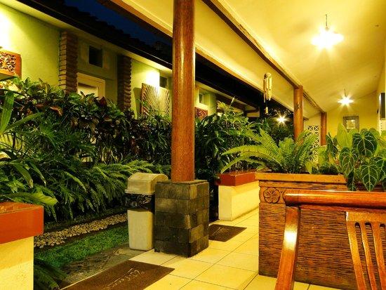 Monginsidi Guest House: devant la chambre