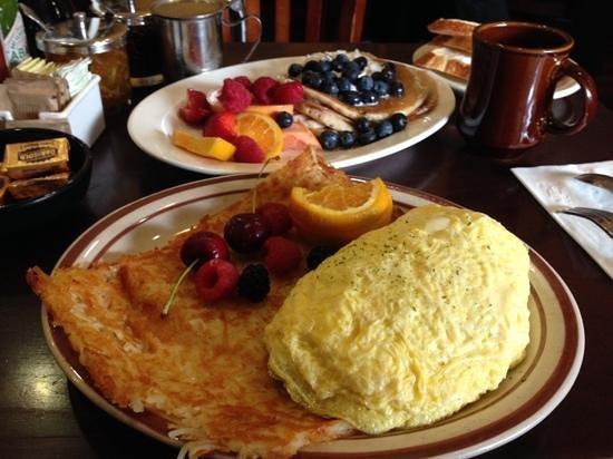 Hollywood Cafe: Denver Omelette & bluberry Pancakes