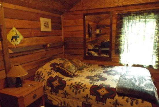 Bone Creek Wilderness Retreat : Double Bed in Hunter's Cabin