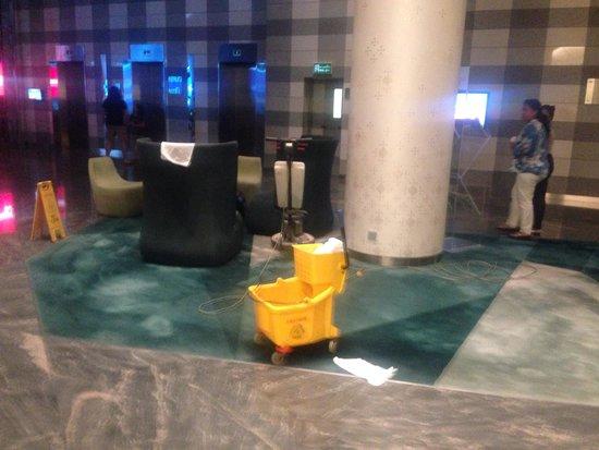 Novotel Bangkok Platinum Pratunam: Cleaning at 830pm in lobby