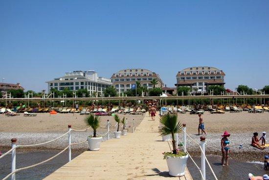 Vera Mare Resort: вид на отель с пляжа