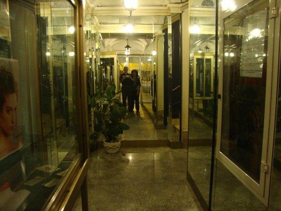 Nazional Rooms: El hall de entrada estaba siempre bien iluminado