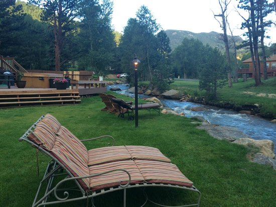 4 Seasons Inn on Fall River: F. Nice lounge area by creek with pretty views