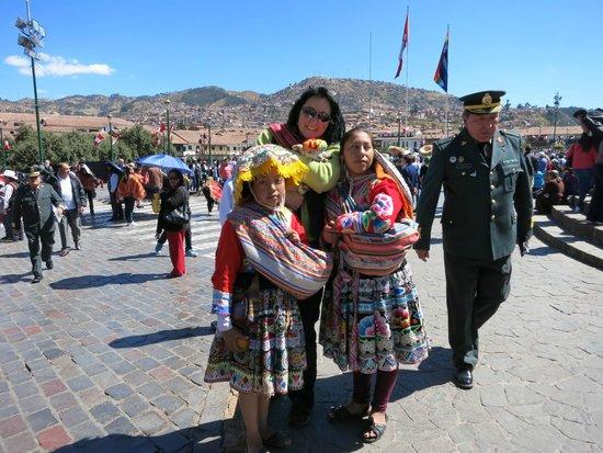 Plaza de Armas (Huacaypata): holding the lamb